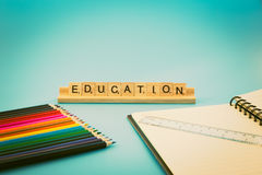 Bildungsnotizbuch und farbige Bleistifte Lizenzfreies Stockbild