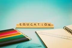 Bildungsnotizbuch und farbige Bleistifte Stockfoto
