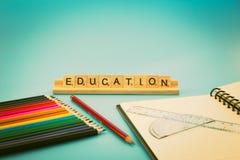 Bildungsnotizbuch und farbige Bleistifte Stockfotografie