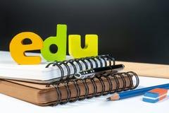 Bildungsschulhintergrundkonzept mit Ausrüstungsstift-, -bleistift-, -buch-, -rückenbrett- und -kopienraum lizenzfreie stockbilder