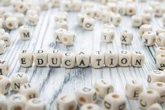 Bildungswort geschrieben auf hölzernen Block Hölzernes ABC Stockfoto