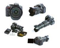 Bilduppsättning av den Nikon D5300 DSLR kamerauppsättningen med zoomsigmaen Lens, batterier och uppladdaren Arkivfoton