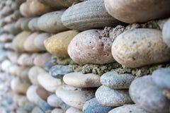 Bildvägg som stenläggas exakt med färgglade stenar arkivbild