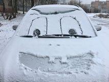 Bilen är lycklig, därför att det snöade arkivfoto