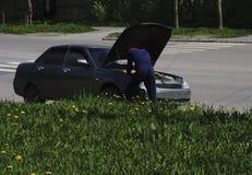 Bilen är på gatan, med den öppna huven manreparationer royaltyfria foton