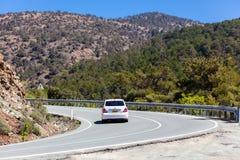 Bilen är rörande på bergvägen Royaltyfri Fotografi