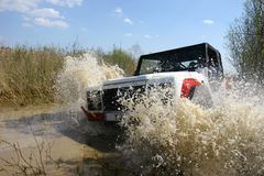 bilen 4x4 samlar vatten Arkivbild