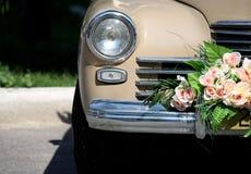 bilen blommar retro bröllop royaltyfri foto