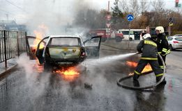 Bilen bränner med flamman och rök Royaltyfria Foton