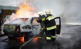 Bilen bränner med flamman och rök Arkivfoto