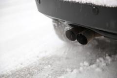 Bilen evakuerar leda i rör Arkivbild