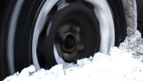 Bilen får klibbad i den djupa snön stock video