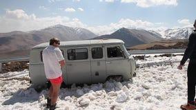 Bilen får klibbad i snön lager videofilmer