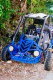 bilen för barnvagnen 4wd för extrem av-väg sköt på stäppen Arkivfoto