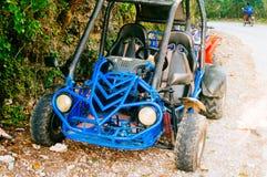 bilen för barnvagnen 4wd för extrem av-väg sköt på stäppen Arkivbild