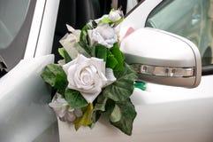 Bilen för dekorgarneringbröllop blommar på blinker royaltyfria foton
