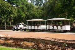 Bilen för tar turister på historiska Srisatchanalai parkerar i Sukho Arkivfoto