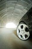 Bilen går på ljus i en tunnel Arkivfoton