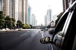 Bilen gör dess nedgång en kinesisk huvudväg i Shanghai Arkivbild