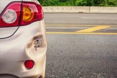 Bilen har bucklat skadad olycka för bakre stötdämpare royaltyfri foto