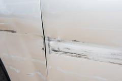 Bilen har skrapat med djup skada till målarfärgen, bilolycka på Arkivfoton