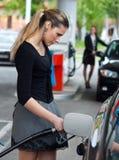 bilen henne tankar kvinnan Arkivfoto