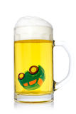Bil i ett exponeringsglas av öl Arkivfoto