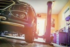 Bilen i garage av service för den auto reparationen shoppar royaltyfria bilder