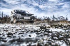 Bilen i ofruktbara marken Arkivfoto