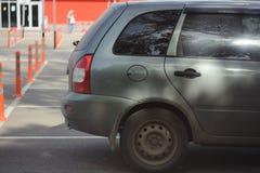 Bilen i parkeringsplatsen royaltyfri bild