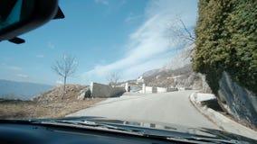 Bilen kör på den gråa asfaltvägen i det lantligt stock video