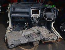 Bilen klippte in i halva i ett mekanikerseminarium Royaltyfria Foton