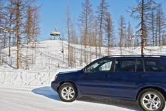 Bilen korsar linjen av den nordliga polara cirkeln längs vintervägen nära `en för den polara cirkeln för tecken`, Arkivbilder