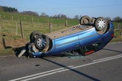 bilen kraschade ner översida Royaltyfri Foto