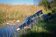 Bilen kraschade och övergav i ett träsk royaltyfria foton