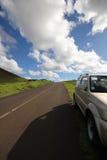 Bilen parkerade på landsvägen på en solig dag Royaltyfri Fotografi