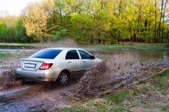 bilen pressar vatten Arkivfoto