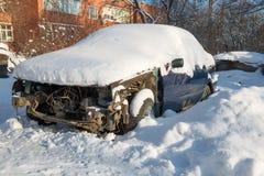 Bilen är värd i snön Royaltyfria Bilder