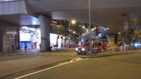 Bilen reser in i gatan av kantonvägen Tsim Sha Tsui, Hong Kong stock video