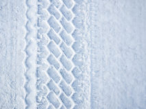 Bilen rullar spårar i snow Royaltyfria Foton