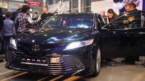 Bilen shoppar, folkmassan av folk betraktar den nya bilen stock video