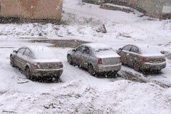 Bilen som begravas nästan totalt under en snö efter en häftig snöstorm under natten på alpinen, skidar stationen fotografering för bildbyråer