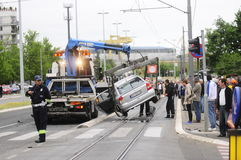 Bilen som bogserar lastbilen, tar den bort skadade bilen Royaltyfri Foto