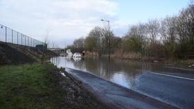 Bilen som klibbades i vatten på den Dearne vägen efter floden Dearne, översvämmade lager videofilmer