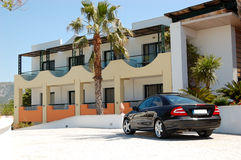 Bilen som parkeras nära modernt lyxigt hotell Royaltyfria Bilder