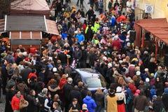 Bilen stucked i folkmassa av folk på karneval Royaltyfria Foton