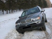 Bilen stucking i snö Royaltyfri Foto