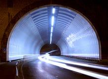 Bilen tänder i en tunnel, stad på natten Royaltyfri Bild