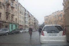 bilen tappar glass regn Regniga dagar afton Regn tappar på fönstret, regnigt väder, regnbakgrund Arkivfoto