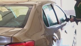 Bilen tvättas med högtrycks- vatten på en biltvätt stock video